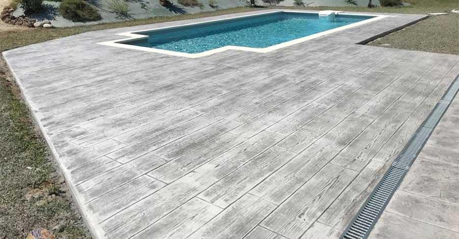 hormigón impreso para su piscina con imitacion madera